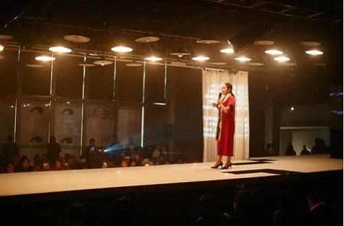 配合光影搭建艺术舞台,将诗会主题与空间设计融为一体,以不同艺术表演